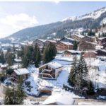 Деревянный дом посреди швейцарских альп