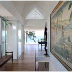 Современная реконструкция на берегу океана в новой зеландии