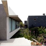 Современный дом на берегу тихого океана
