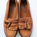 С чем носить коричневые женские лоферы с брюками, юбками и в деловом стиле