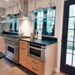 Полки из стекла в интерьере кухни, их особенности и виды стеклянных полок на кухне