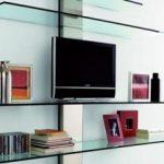 Полки из стекла под телевизор и для другой аппаратуры, их особенности