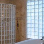Стеклянные блоки как перегородки в ванной комнате, в душевой и в бане