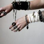 Чёрный браслет на руке