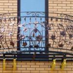 Выбрать кованое или сварное ограждение для балкона Сварная или кованая ограда лучше