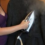 Отпаривание пальто в домашних условиях при помощи утюга