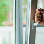 Что делать, если заклинило пластиковое окно или перекосило створку