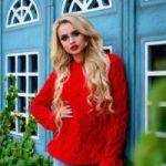 С чем носить красный свитер классический, укороченный, объемный, с принтом