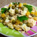 Салат из консервированного тунца и кукурузы рецепт
