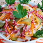 Салат с колбасой (сырокопченой) рецепт