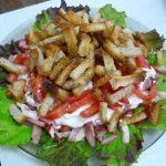Салат с сухариками и копченой колбасой рецепт